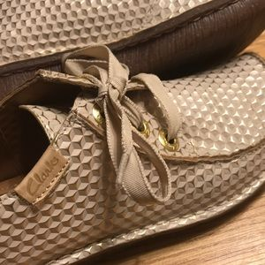 Rare Clarks Artisan Gold Lace Up Shoes Size 6.5